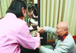 年轻演员拿扇子请郑榕签名。 李继辉摄