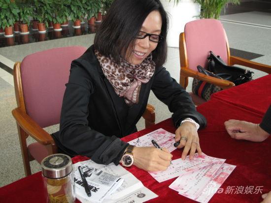 《贵妇还乡》将亮相安徽 吴琼签售爱心票