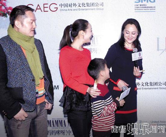 宋佳和女儿及儿子也来捧场。