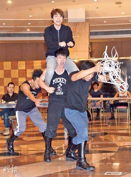 张敬轩预演舞台剧,其中一幕需要他骑在扮马的男演员肩膀上。