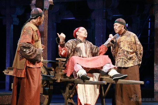 图文:《天朝》华丽首演--恩海与人交谈
