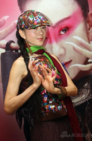 图文:杨丽萍预热《响声》-杨丽萍现场秀舞技