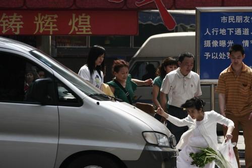 《双食记》余男遇车祸危险镜头吓坏群众演员