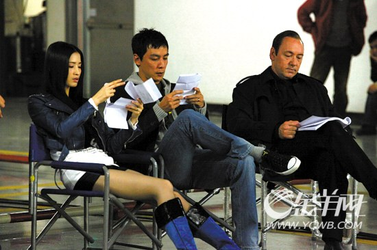 龚蓓�、吴彦祖、凯文・史派西(左起)一起研读剧本
