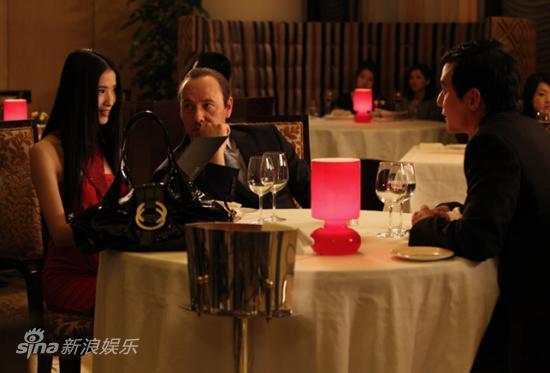 左起:龚蓓�、凯文-史派西与吴彦祖