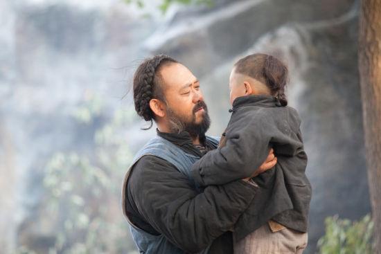 姜武抱起小孩