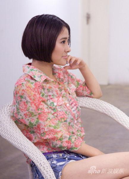 """吴晴晴在该片中饰演的""""蜜桃""""是一位来自未来的少女,""""为了寻找人类最好图片"""