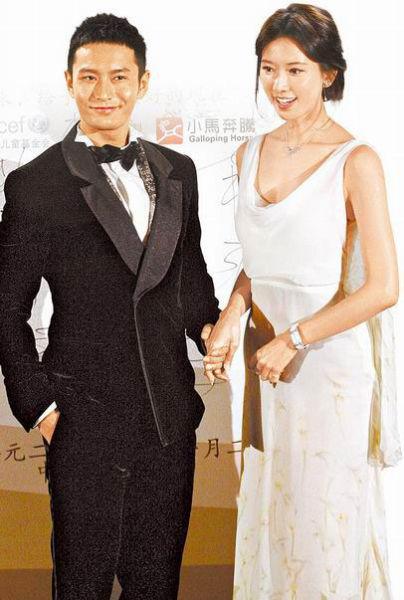 林志玲(右)前晚和黄晓明在北京出席「美丽童行慈善晚宴,为贫困儿童募款