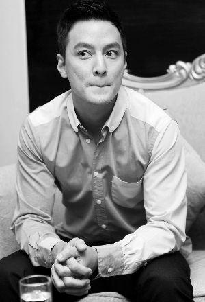 《形影不离》中吴彦祖患有精神方面的疾病,工作和生活上面临极大压力。