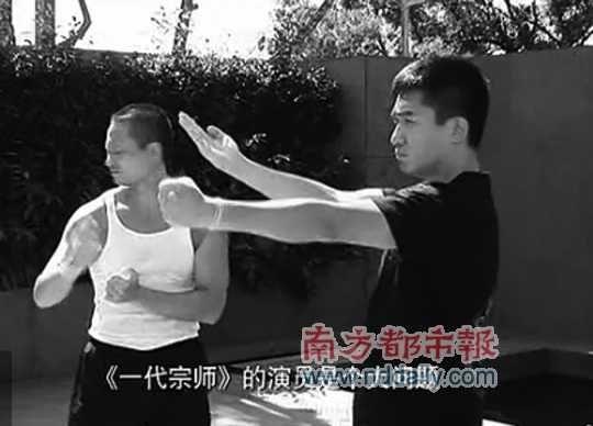 梁朝伟练习咏春拳。