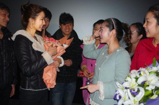 姚星彤与聋哑人演员交流-姚星彤现身杭州 与残疾人共赏 十二生肖