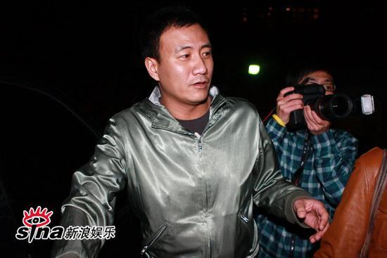 图文:刘嘉玲和友人用餐-胡军准备登车