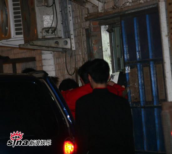 图文:刘嘉玲和友人用餐-餐厅外围