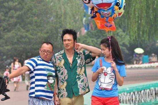 《疯狂的蠢贼》吴镇宇携颖儿开心游玩