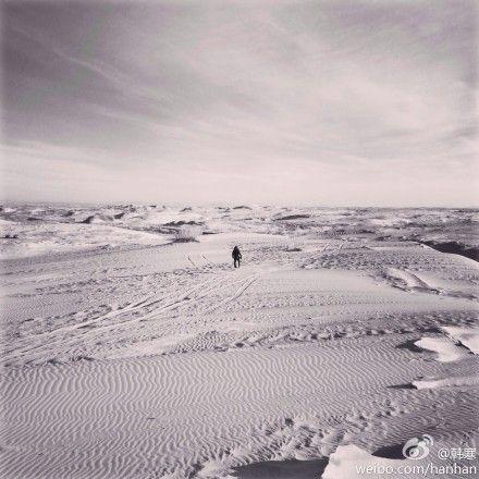 韩寒身处茫茫沙漠