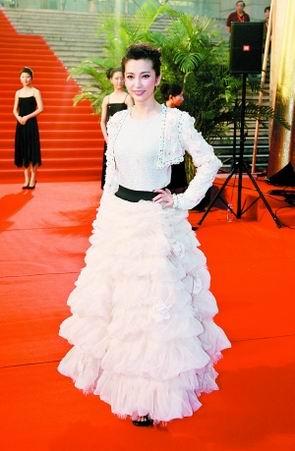 上海电影节红毯主持人张冠李戴众星尴尬又无奈