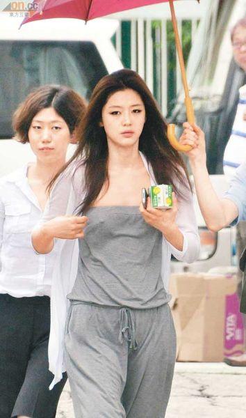 全智贤手里拿着鲜奶开工,一看见记者立刻整理衣服。