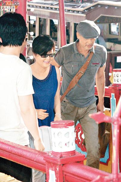 任达华与韩星金海淑一起聊天。