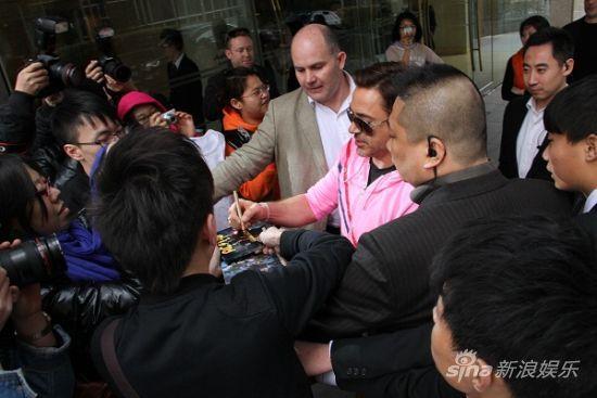 唐尼亲切与中国粉丝互动