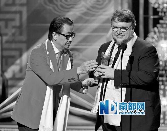 华裔演员陈乔治为《环太平洋》导演吉尔莫颁全球最佳导演奖