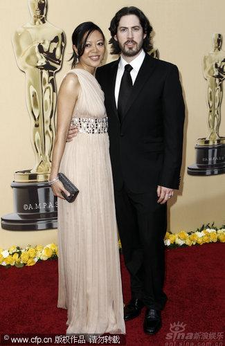 图文:第82届奥斯卡红毯-杰森瑞特曼携妻亮相