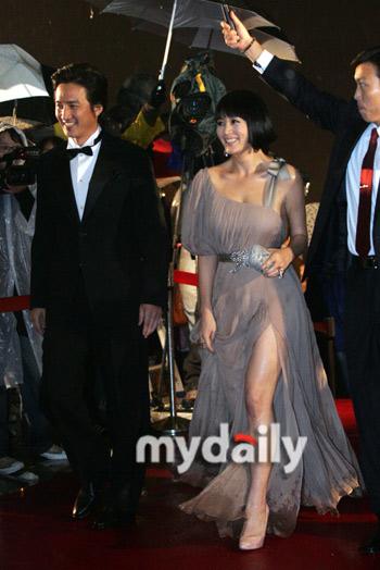 图文:韩国青龙奖颁奖典礼--金慧秀大秀美腿