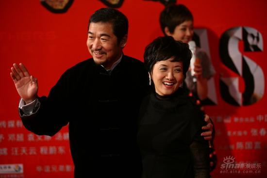 图文:《集结号》首映红毯张国立邓婕笑容满面