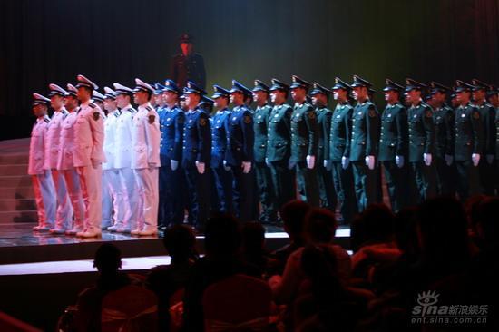 图文:《集结号》首映现场海陆空三军仪仗队