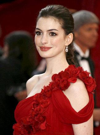 图文:安妮-海瑟薇典雅单肩红裙搭配白色耳环