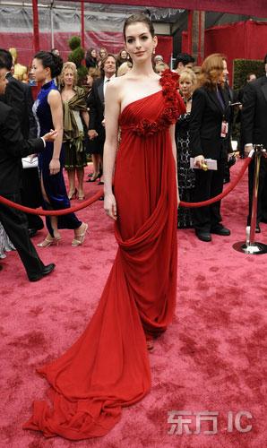 图文:安妮-海瑟薇单肩红裙典雅亮相红毯