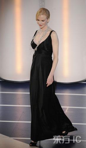 图文:妮可-基德曼怀孕登台颁奖尽显母性魅力