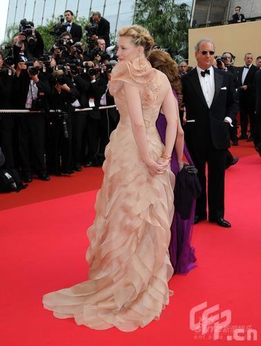 图文:戛纳开幕式红毯--凯特-布兰切特长裙拖地