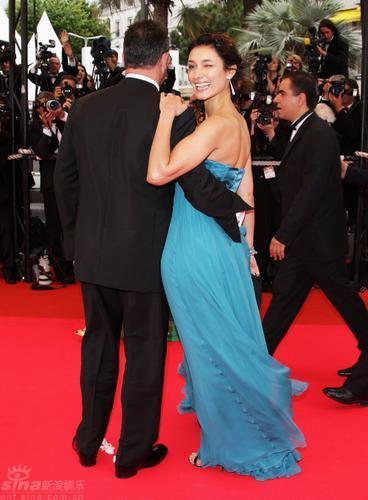 图文:戛纳闭幕红毯--让-雷诺妻子索菲亚回眸一笑