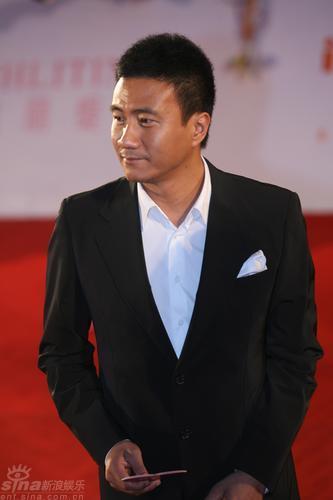 图文:第11届上影节红毯--胡军面容刚毅显成熟气质