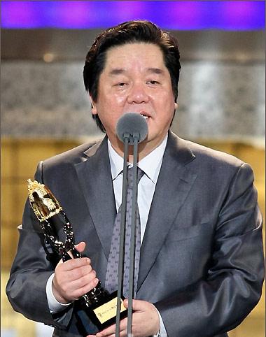 图文:《D-War》获最佳影像技术奖沈炯来领奖