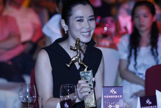 图文:华语电影传媒奖颁奖--余男封后笑容满面