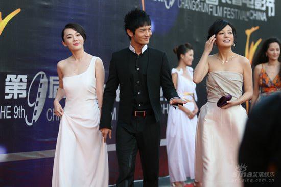 图文:长春电影节红毯 两美女随黄晓明出场