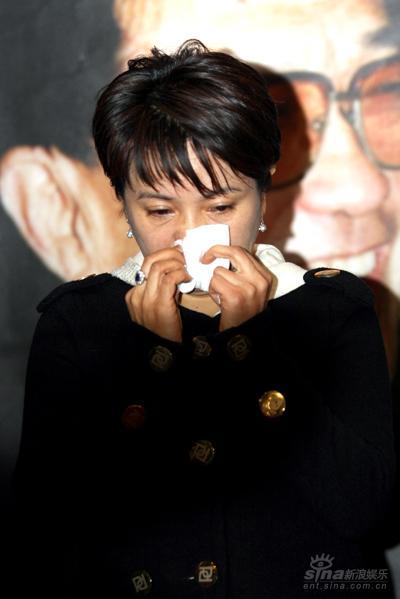 图文:谢晋追思会--洪学敏泪流满面