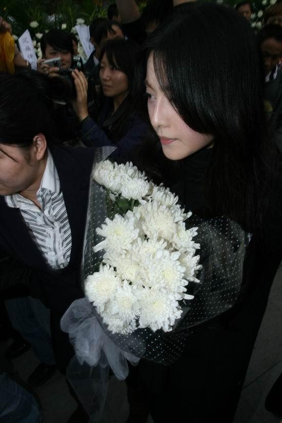 图文:谢晋追悼会上海举行--范冰冰愁云满面