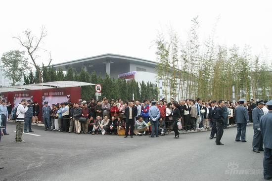 图文:谢晋追悼会吊唁群众围在道路两旁