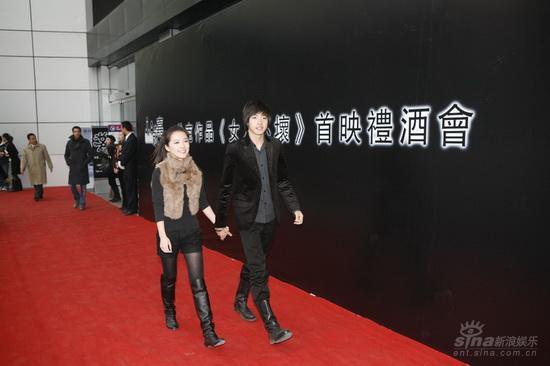 图文:《女人不坏》首映--唐笑牵手俞灏明