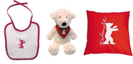图文:柏林电影节纪念品--围嘴泰迪熊和抱枕