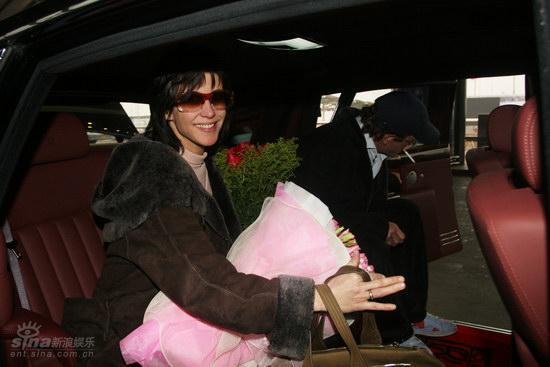 图文:苏菲-玛索现身北京--在车内拥花而坐