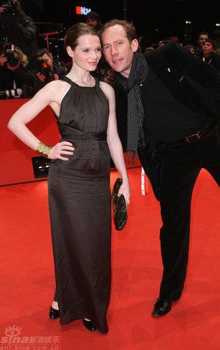 图文:柏林电影节闭幕--卡洛琳和男伴亲密合影