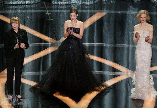图文:奥斯卡颁奖--雪莉歌迪亚与妮可齐登台