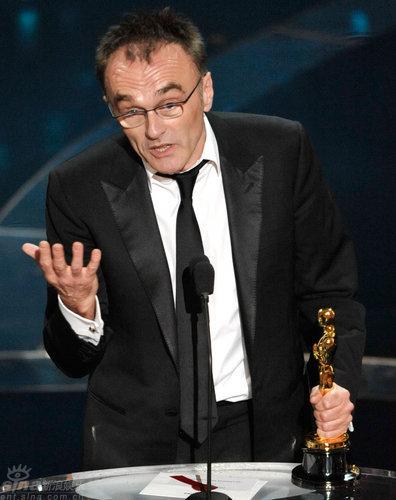图文:奥斯卡颁奖--丹尼-鲍尔激动异常