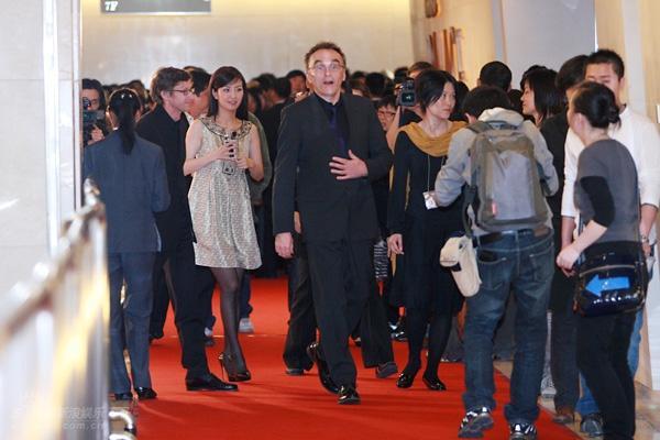 图文:《贫民富翁》首映-丹尼-鲍尔引媒体追拍