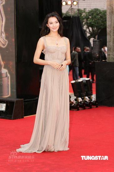 图文:香港金像奖红毯--莫小奇穿长裙气质高贵