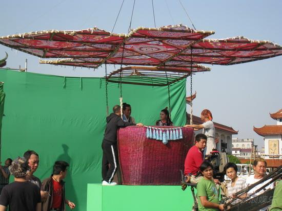 图文:《灵灵狗》探班--风筝竹筐连成热气球