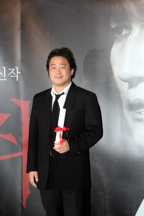 图文:《蝙蝠》韩国记者会--朴赞旭持获奖证书